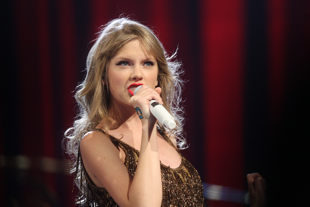 Taylor Swift in hot water after threatening a blogger